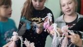 Wykonały wełniane laleczki